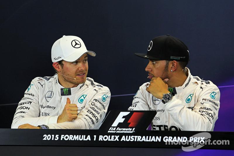 2. Nico Rosberg, Mercedes AMG F1, mit Pole-Sitter Lewis Hamilton, Mercedes AMG F1, in der FIA-Pressekonferenz