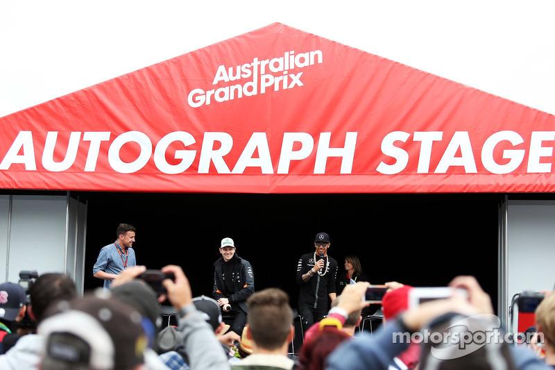 (da sinistra a destra): Will Buxton, presentatore NBC Sports Network TV; Nico Hulkenberg, Sahara Force India F1; e Lewis Hamilton, Mercedes AMG F1 sull'Autograph Stage