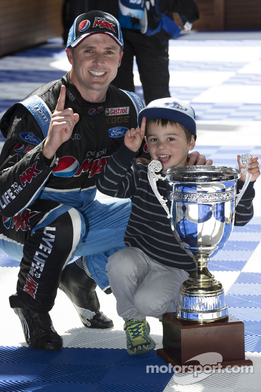 Juara balapan Mark Winterbottom, Prodrive Racing Australia Ford merayakans