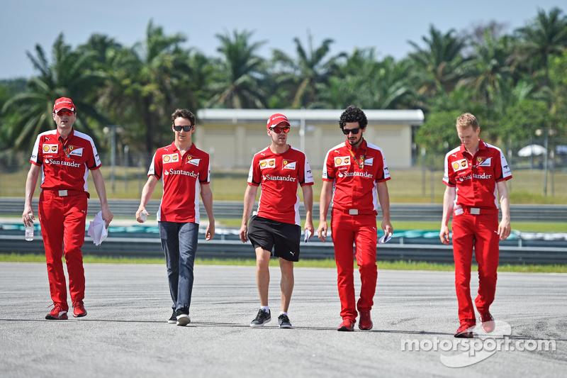 Sebastian Vettel, Ferrari, und Esteban Gutierrez, Ferrari, Test- und Ersatzfahrer, beim Trackwalk