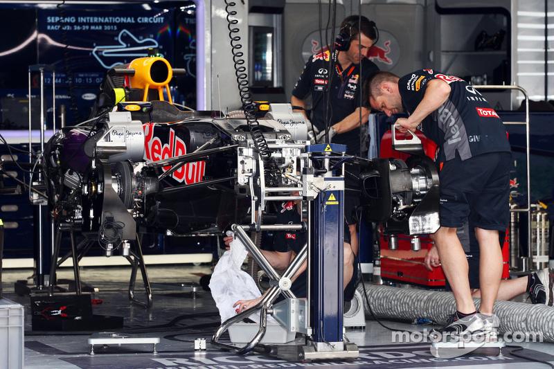 Red Bull Racing RB11 wird in der Garage vorbereitet