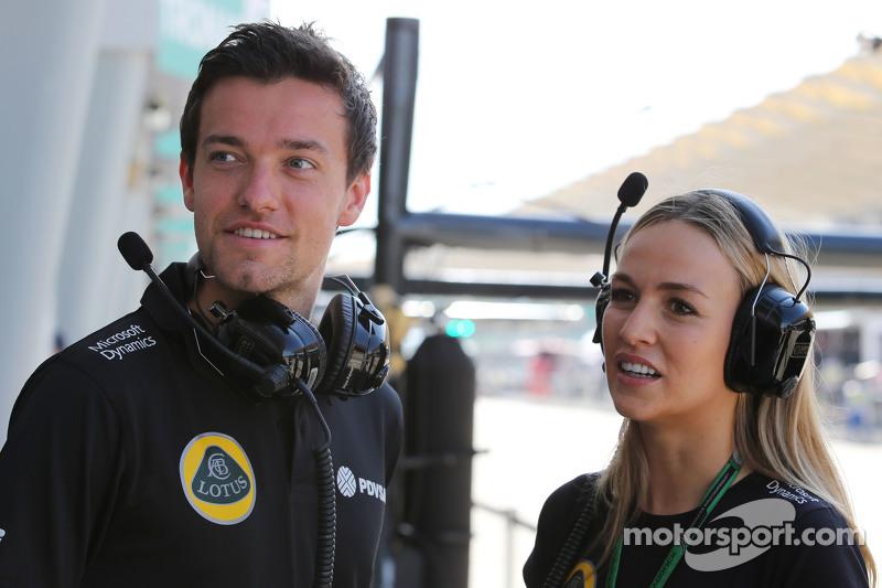 (Kiri ke Kanan): Jolyon Palmer, Lotus F1 Team Test dan Reserve Driver dengan Carmen Jorda, Lotus F1 Team Development Driver