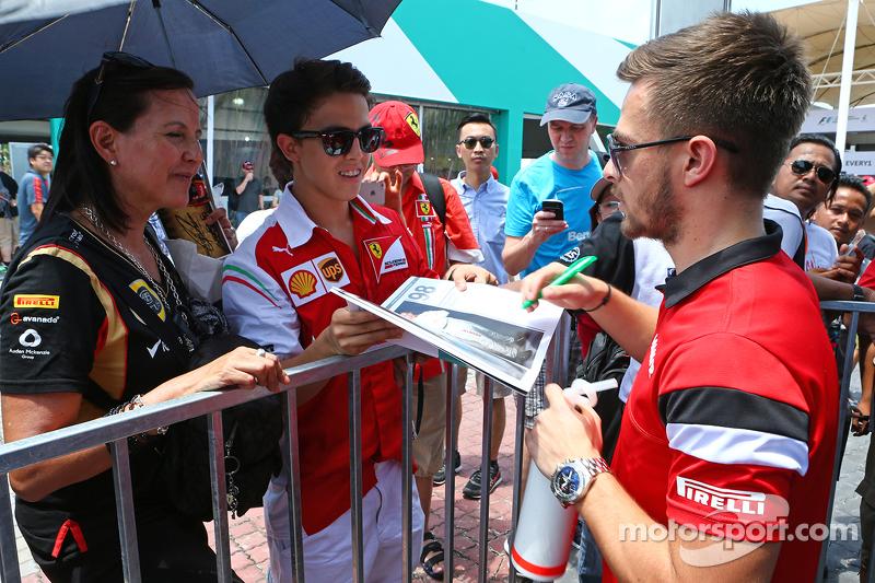 Will Stevens, Manor F1 Team, schreibt Autogramme für die Fans