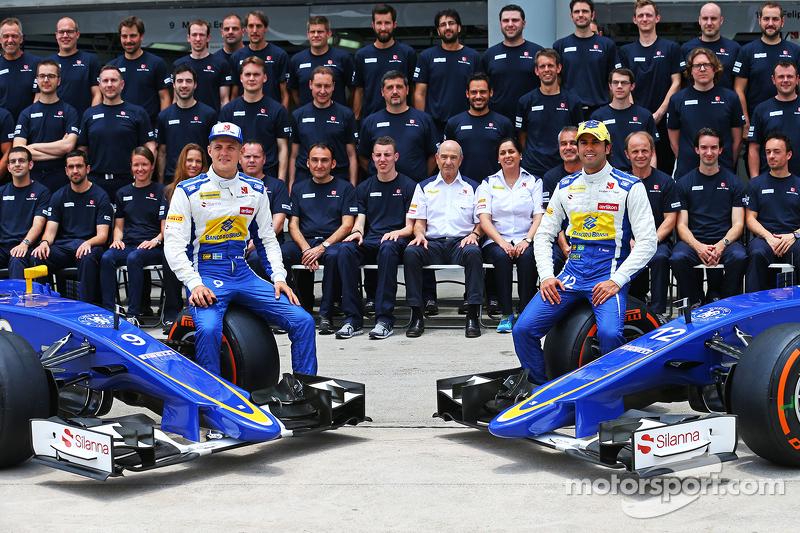 Marcus Ericsson, Sauber F1 Team, und Teamkollege Felipe Nasr, Sauber F1 Team, bei einem Team-Fotoshooting