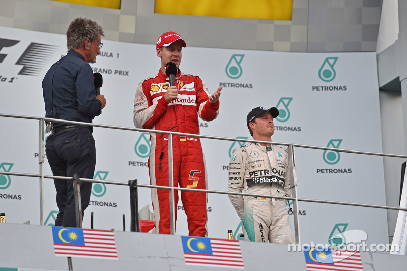 El podio, BBC Television Pundit con ganador de la carrera, Sebastian Vettel, Ferrari