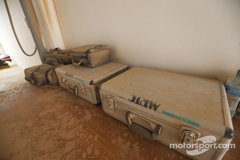 MRTC-Schreibtisch, nach Sandsturm mit Sand bedeckt