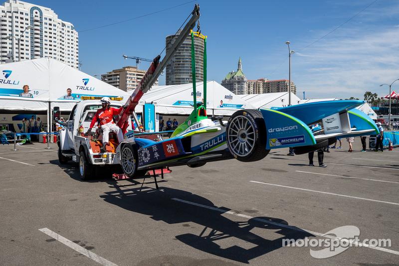 El auto de Vitantonio Liuzzi, Trulli es regresado al paddock