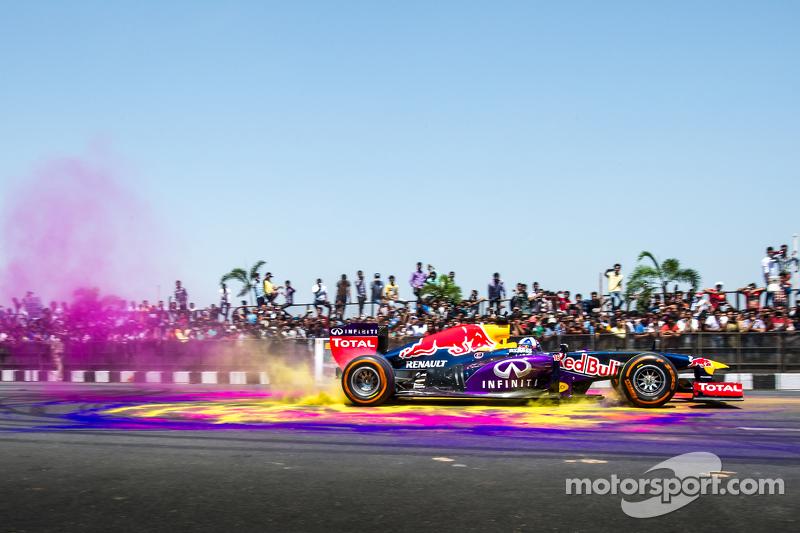 David Coulthard, Red Bull Racing tampil di Red Bull Show Run 2015 di Jalan Necklace di Hyderabad, India