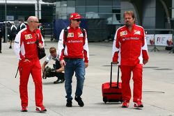 Mark Arnall, Trainer, mit Kimi Räikkönen, Ferrari, und Gino Rosato, Ferrari