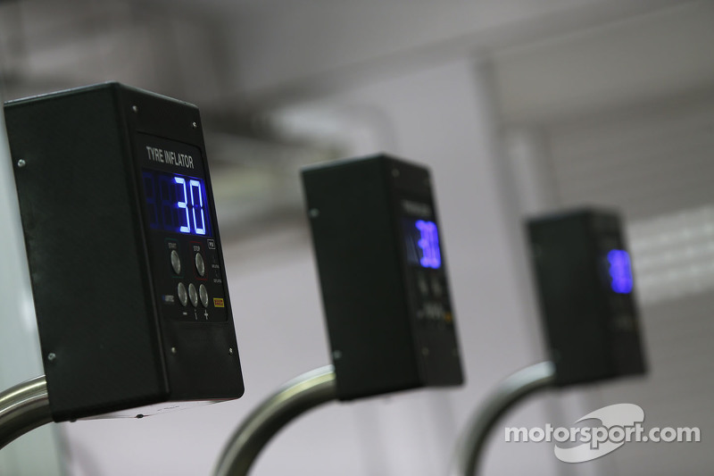 Indikator tekanan ban pada peralatan Pirelli