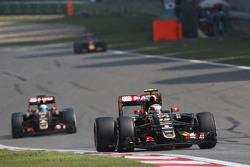 Pastor Maldonado, Lotus F1 E23 memimpin rekan setim Romain Grosjean, Lotus F1 E23