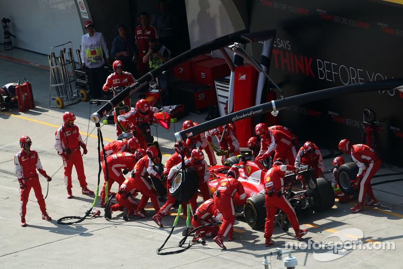 Kimi Raikkonen, Ferrari SF15-T makes a pit stop