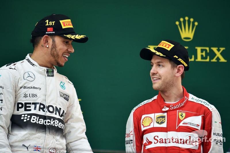 podium: juara balapan Lewis Hamilton Mercedes AMG F1 bersama peringkat ketiga Sebastian Vettel Ferrari