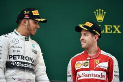Podium : le vainqueur Lewis Hamilton Mercedes AMG F1 et le troisième, Sebastian Vettel Ferrari