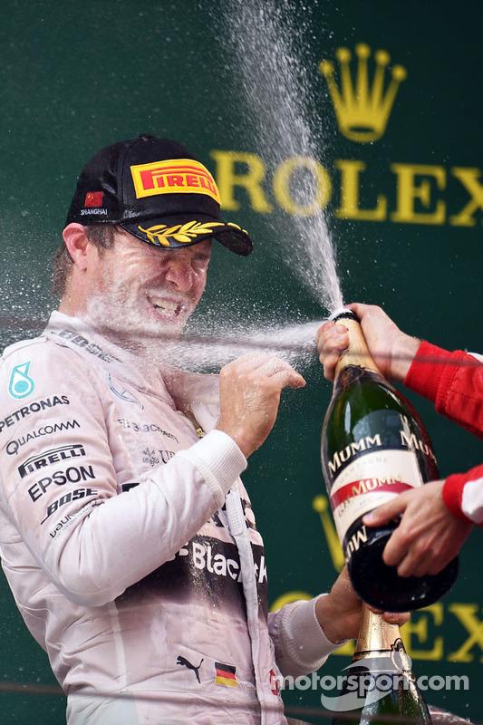 Ніко Росберг Mercedes AMG F1 святкує друге місце з  шампанським на подіумі