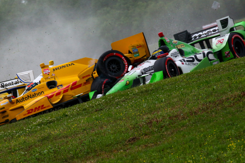 Simon Pagenaud, Team Penske Chevrolet, Ryan Hunter-Reay, Andretti Autosport Honda, dan Sebastien Bourdais, KVSH Racing crash