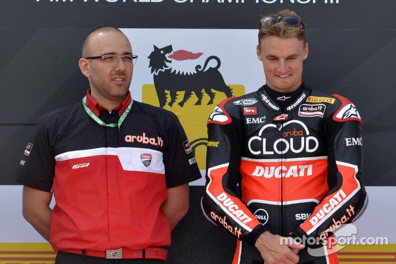 Juara balapan Chaz Davies, Ducati Team, di podium