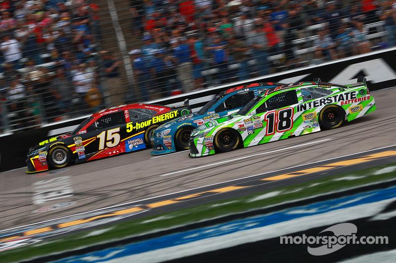 Clint Bowyer, Michael Waltrip Racing Toyota dan David Ragan, Joe Gibbs Racing Toyota