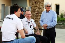 (Kiri ke Kanan): Toto Wolff, Pemegang Saham dan Executive Director Mercedes AMG F1 dengan Paddy Lowe, Mercedes AMG F1 Executive Director, dan Bernie Ecclestone