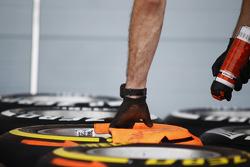 Ein Mechaniker kennzeichnet die Fahrtrichtung auf den Pirelli-Reifen