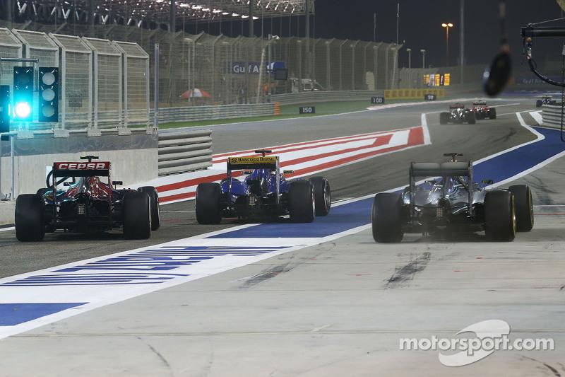 尼克·罗斯伯格, 梅赛德斯AMG车队的F1 W06赛车,和小卡洛斯·塞恩斯的红牛青年队STR10赛车,以及马库斯·埃里克森的索伯C34,在维修通道里