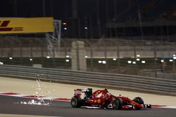Kimi Räikkönen, Ferrari SF15-T mit Funkenflug