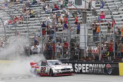 Ganador de la Carrera Joey Logano, equipo Penske Ford