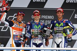 Podium: segundo lugar, Marc Márquez y el ganador, Jorge Lorenzo, con el tercer lugar, Valentino Rossi