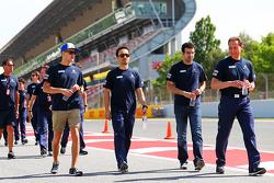 Marcus Ericsson, Sauber F1 Team, recorre el circuito con su equipo