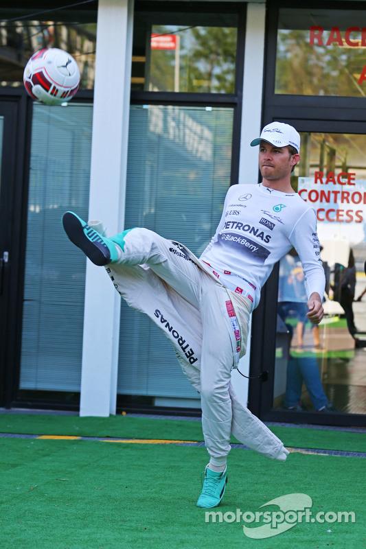 Ніко Росберг, Mercedes AMG F1 розминається футбольними вправами