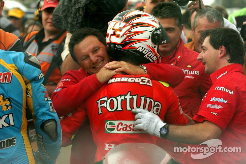 Ganador de la carrera Marco Melandri celebra