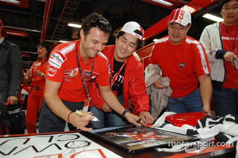 Loris Capirossi firma autógrafos