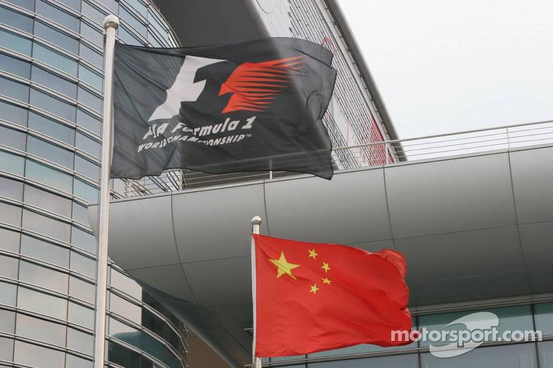 Banderas chinas y Fórmula 1 en el circuito