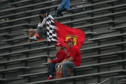 Aficionados de Ferrari en la tribuna