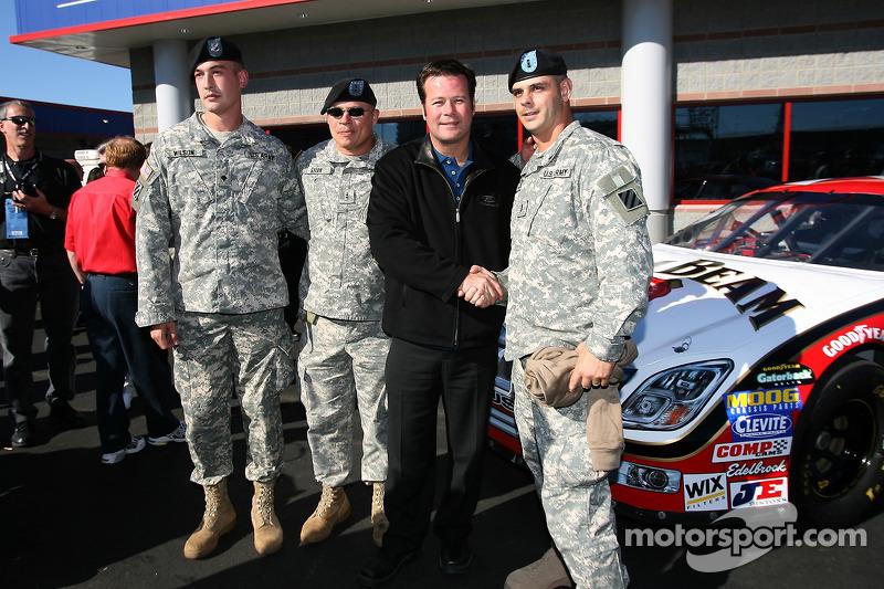 Conférence de presse de Robby Gordon Motorsports : Robby Gordon avec des membres des forces armées