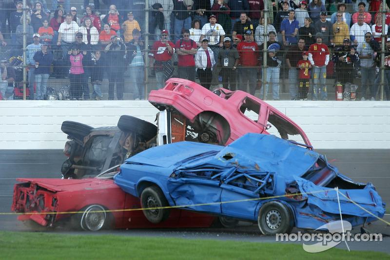 Amas de voitures endommagées