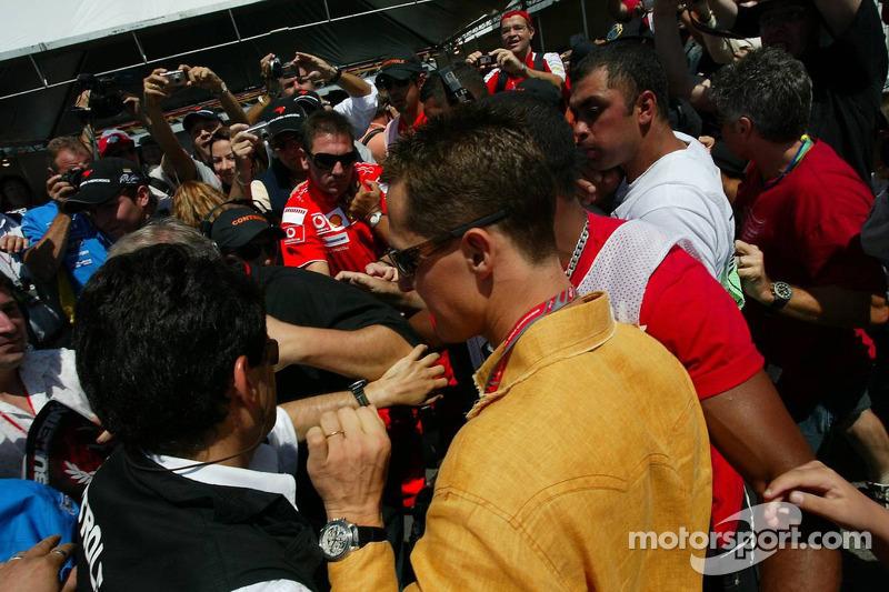 Michael Schumacher arrive au circuit