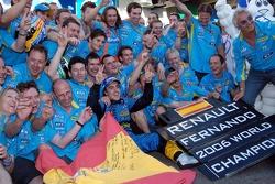 Le Champion du Monde de F1 2006 Fernando Alonso célèbre avec des membres de Renault F1 Team