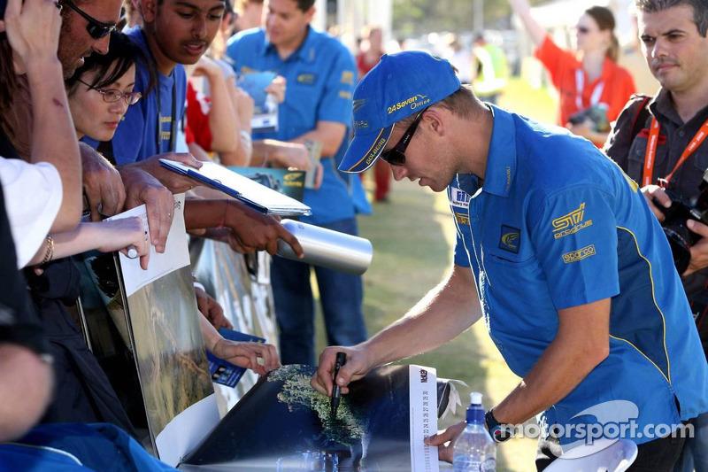 Petter Solberg signe des autographes
