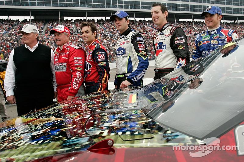Rick Hendrick et les équipiers du Hendrick Motorsports Terry Labonte, Jeff Gordon, Jimmie Johnson,Kyle Busch et Brian Vickers posent pour une photo