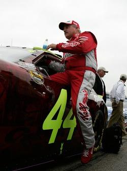 Terry Labonte monte dans sa voiture pour la dernière course de sa carrière