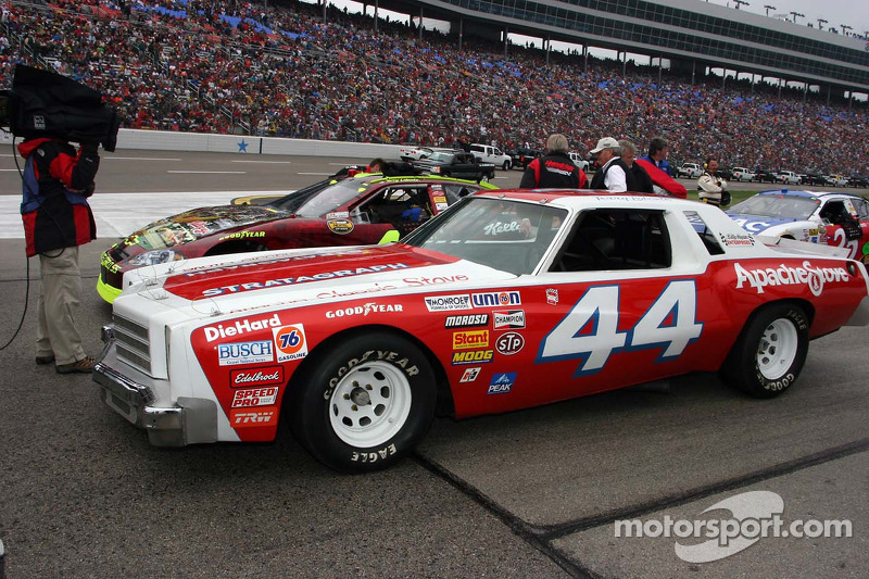 La voiture de la première victoire de Terry Labonte à côté de celle de sa dernière course