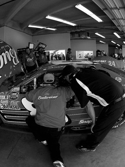 Dale Earnhardt Jr. confers with Bud Chevy crew members