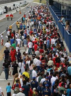 Des fans dans la ligne des stands