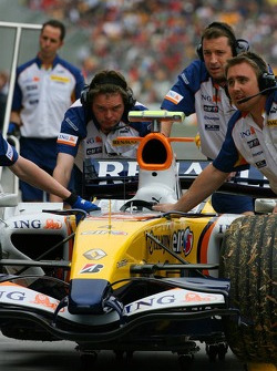 Renault F1 Team, push their car back into the garage