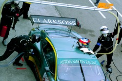Refuel for #23 Aston Martin Racing BMS Aston Martin DBR9: Fabio Babini, Jamie Davies