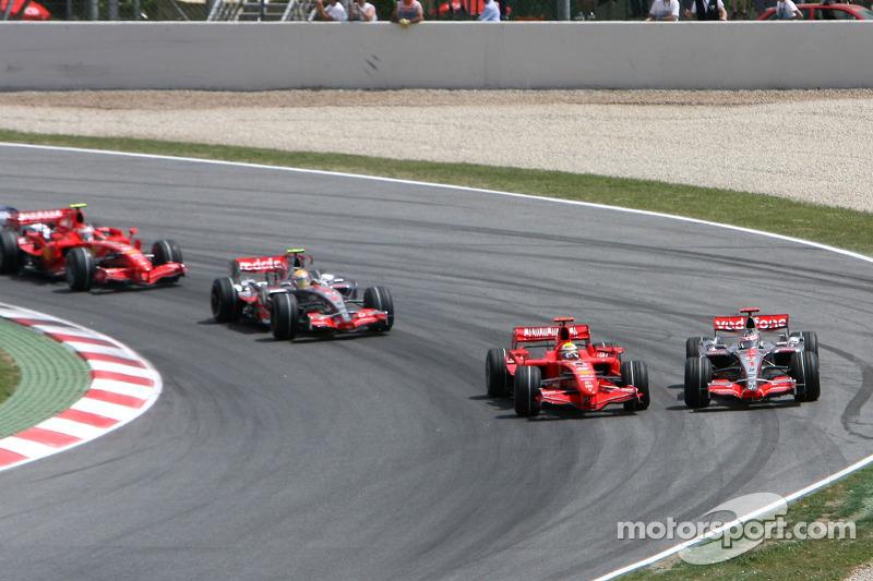 Felipe Massa divide a primeira curva do GP da Espanha com Fernando Alonso