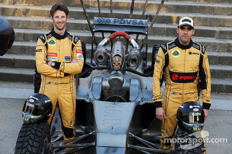 Romain Grosjean und Pastor Maldonado. mit Lotus-Formel-1-Auto im Mad-Max-Look