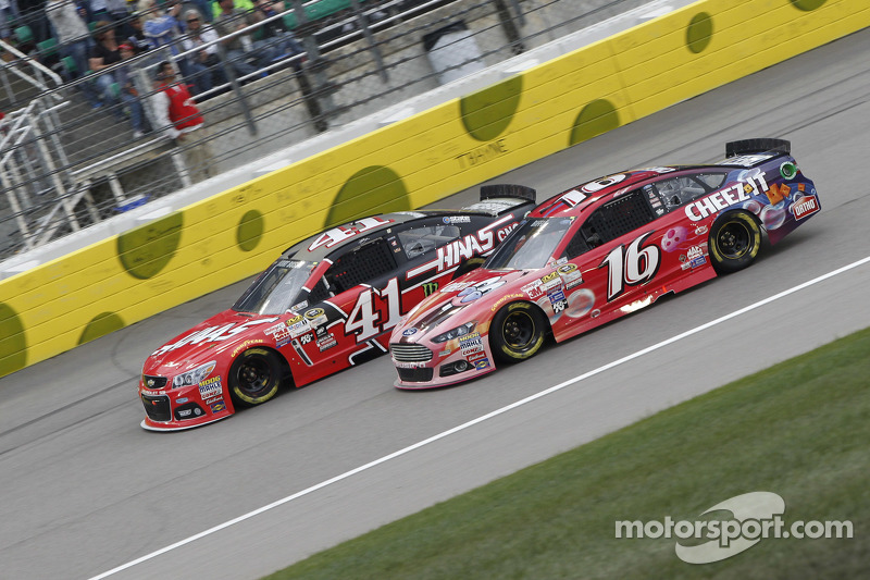 Kurt Busch, Stewart-Haas Racing, Chevrolet, und Greg Biffle, Roush Fenway Racing, Ford