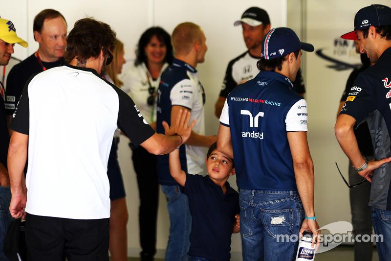Felipe Massa, Williams, mit seinem Sohn Felipinho Massa und Fernando Alonso, McLaren, bei der Fahrerparade